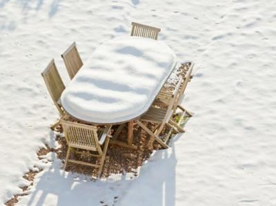 Тиковая мебель зимой